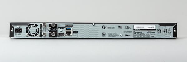 DMR-BW550の背面。無線LAN非搭載なので有線LANで無線LANルーターに接続する