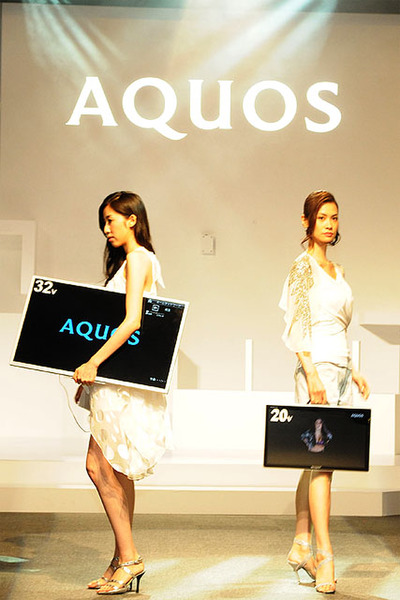 2011年の「フリースタイル AQUOS」発表会の様子。32V型とか40V型をモデルさんが抱えて登場するという、インパクトのある演出だった