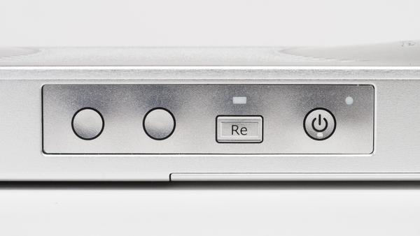 本体側面のボタン類。右端にあるのが電源ボタンだ