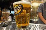 ビールがグラスの底からわきあがる! 魔法のようなビアサーバーが渋谷に