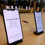 祝iPhone XS/XS Max発売開始、雨の表参道に約250人