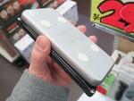 スマホの背面に貼り付けられるQi給電対応のモバイルバッテリー