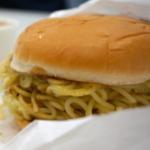 炭水化物の超人タッグ「つけ麺バーガー」をどう食べるか?