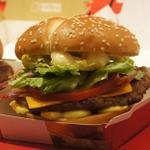 マクドナルドの新しいクォーターパウンダーは、肉密度1000%の超ボリュームだ!