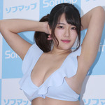 揺れるバストは100cm・Iカップ。天然爆弾娘・秋山かほ、1st DVDリリース