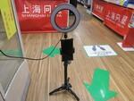 自撮りストのマストアイテム! リングLED付きの自撮りスタンド