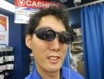 見た目ヤバイ! ハンズフリーで使えるメガネ型の双眼鏡がアキバに