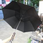 ミネラルウォーターの水と風を吹き付ける、猛暑向けの涼しい傘が発売!