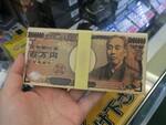リッチな気分で充電できる札束デザインの「百万円バッテリー」が1480円