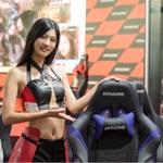 美女×椅子、大量のゲーミングチェアで圧巻のTGS AKRacingブース