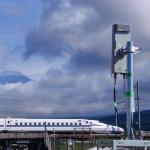 シャープ、走行中の新幹線に高精細8K映像を伝送する実験に成功
