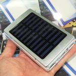 アウトドアに最適そうなソーラー充電機能付きの1480円のモバイルバッテリー