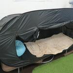 ベッドの上に自分空間を作り出せる折りたたみ式テント「ベッドdeテント」