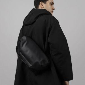揺れてもずれない安定したフィット感が魅力の多機能スリングバッグ