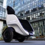 座ったままで移動可能な電動二輪車「S-Pod」、2021年の販売を目指す