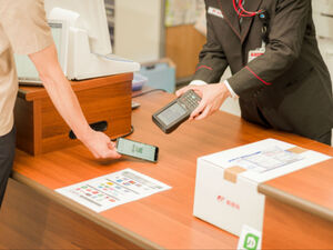 郵便窓口で、郵便料金や荷物運賃のキャッシュレス決済が可能に