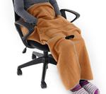 オフィスチェアや車いすに座ったままひざ下を包み込めるL字型ブランケット