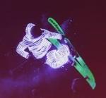 ピカピカ光をまとって雪山を滑走する「エレクトリックスノボ」日本初開催