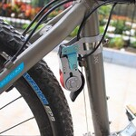 ムリヤリ感あふれる、愛すべき自転車用スマホ充電ガジェットたち