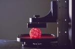 激しくエヴァを感じる3Dプリンター 赤い海からモノが生まれる『Carbon3D』