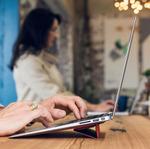 新型MacBookでも使えるスマートカバーみたいな貼り付け式キックスタンドが秀逸!
