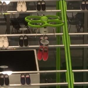 お目当ての靴をドローンがお届け!コレが未来の空中ストアだ!?【カオスだもんね!】