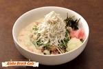 和洋折衷の「ホワイトソースしらす丼」がアフロビーチカフェに登場
