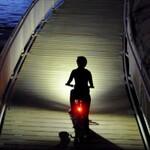 前方+足下を照らす自転車ライト『DING』で通勤時のもらい事故を減らそう