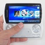 プレイステーションゲームをパッド操作で楽しむ Xperia PLAY:Xperiaヒストリー
