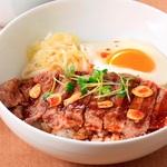 世界三大牛アンガスのサーロイン肉を贅沢にも丼に!デニーズで「ビーフフェア」