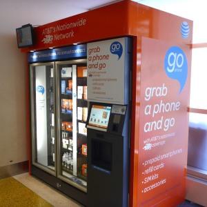 ニューヨークに行ったら購入必須!? 約6000円のLTE対応スマホを空港の自動販売機で買う