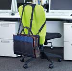 もうバッグ置き場に困らない!オフィスチェアに取り付ける新感覚の荷物置き