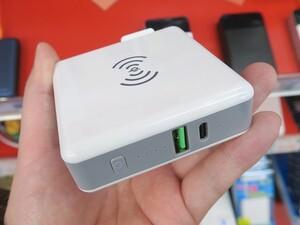 コンセントに直結できるQi対応の3-in-1モバイルバッテリー