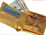 内も外もすべてがゴールド! 虹色に輝く黄金皮革を使った二つ折り財布