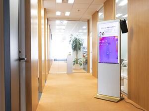 ±0.1度の誤差で検温可能なディスプレー一体型の自動検温システム