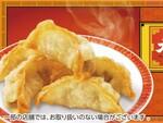 ファミリーマートのレジ横で、大阪王将監修の揚げ餃子が販売中