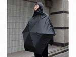 見た目はアレだが雨耐性アップ! ポンチョに変身する折りたたみ傘