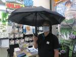 頭上からミストが降り注ぐ炎天下でも涼しい折りたたみ傘