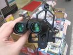 スマホのカメラに双眼鏡を取り付けられる660円のアタッチメント