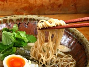 自家製石臼挽き焙煎小麦粉の元祖である名店は、ついに「雪中熟成小麦粉」へ行きついた 北海道・富良野「とみ川」