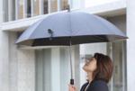 熱中症予防に最適! 傘の内側にファンを搭載した晴雨兼用傘