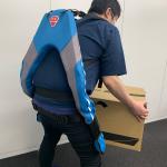 驚きの楽さ、人工筋肉で中腰の作業や重い荷物を持ち運ぶ際の腰の負担を軽減する「マッスルスーツ Every」を装着しデスクトップPCを持ち上げてみた