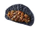ローソン「炭火焼き牛カルビまん」黒い生地の中にはお肉!