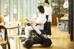 スマホで操作も! 近距離モビリティーの電動車椅子「WHILL」