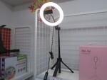 ビデオ会議の顔が明るく映る伸縮三脚付きの大型LEDリングライト