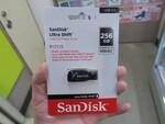ストラップホール付き&キャップレスのUSBメモリー「SanDisk Ultra Shift」が便利そう