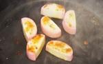 100円の蒲鉾で作る「かまぼこステーキ」チーズをのせてトロ~