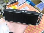 スマホ通話やFMラジオ機能もある1100円のポータブルスピーカー