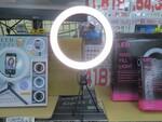 明るく撮れる三脚付きのリングLEDライトが1100円