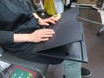 膝上でノートPCを快適操作できるクッション付きスタンド